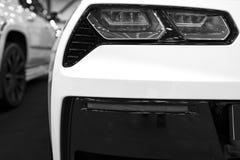 在一辆现代黄色汽车的红色尾灯有反射的 特写镜头红色尾巴光汽车 黑色白色 库存图片