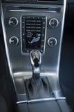 在一辆现代汽车的变速杆 免版税库存照片