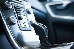 在一辆现代汽车的变速杆 免版税图库摄影