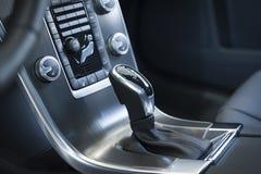 在一辆现代汽车的变速杆 库存照片