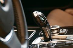 在一辆现代汽车的变速杆 库存图片