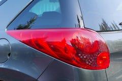 在一辆现代灰色昂贵的汽车的前灯 免版税库存照片