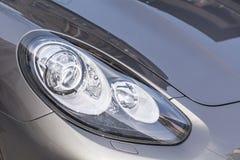 在一辆现代灰色昂贵的汽车的前灯 库存图片