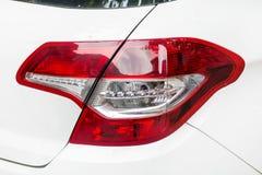 在一辆现代白色昂贵的白色汽车的前灯 库存照片