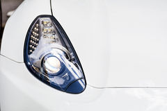 在一辆现代白色汽车的前灯 库存图片