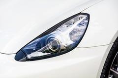 在一辆现代白色汽车的前灯 免版税库存图片