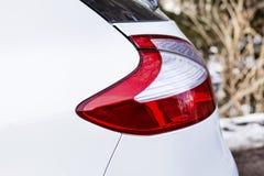 在一辆现代白色汽车的红色前灯 免版税库存照片
