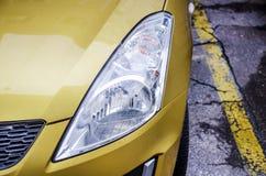 在一辆现代黄色汽车的前灯 免版税库存图片
