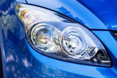 在一辆现代蓝色汽车的前灯 免版税库存图片