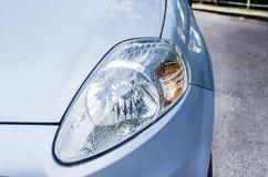 在一辆现代蓝色汽车的前灯 库存照片