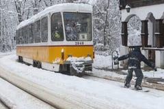 在一辆电车后的极端雪板乘驾在索非亚 库存照片