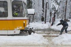 在一辆电车后的极端雪板乘驾在索非亚 免版税库存图片