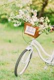 在一辆白色自行车的结婚的标志有婚礼装饰的 免版税图库摄影