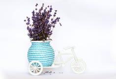 在一辆白色装饰自行车的淡紫色 库存图片