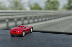 在一辆真正的汽车里面的玩具汽车 库存照片