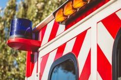 在一辆红色救护车的蓝色闪光灯 免版税图库摄影