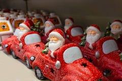 在一辆红色汽车,一套的圣诞老人项目欢乐玩具在商店 库存图片