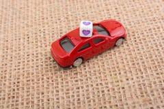 在一辆红色玩具汽车的心脏立方体 库存照片