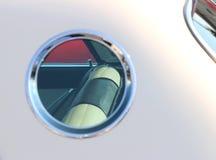 在一辆经典汽车的圆窗口 图库摄影