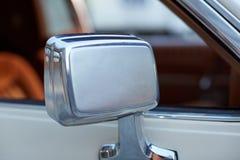 在一辆经典白色汽车的侧视图镜子 库存照片