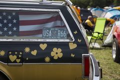 在一辆经典美国汽车的美国国旗 免版税库存图片