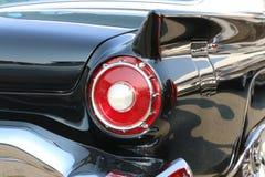在一辆经典黑汽车的红色尾巴光 免版税库存照片