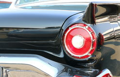 在一辆经典黑汽车的红色尾巴光 免版税库存图片