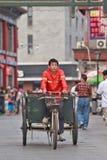 在一辆老三轮车的道路清扫工在北京,中国 免版税库存照片