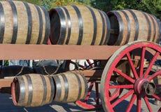 在一辆老农厂无盖货车的木桶在乡下游行 免版税库存照片