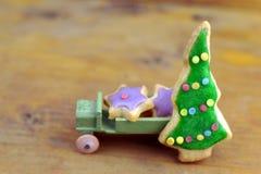 在一辆老木玩具汽车的圣诞节曲奇饼 免版税图库摄影