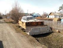 在一辆老汽车的汽车从卡车 库存照片