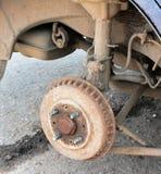 在一辆老汽车的老生锈的制动鼓 免版税图库摄影