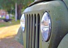 在一辆老汽车的车灯和格栅 免版税库存图片