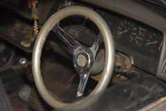 在一辆老汽车里面的方向盘 免版税库存图片