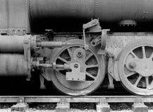 在一辆老生锈的被放弃的蒸汽机车的轮子有丢失的 免版税库存图片