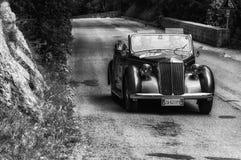 在一辆老赛车的蓝旗亚APRILIA敞蓬车1940年在集会Mille Miglia 2017在Ma的著名意大利历史种族1927-1957 免版税库存图片