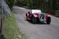 在一辆老赛车的阿斯顿・马丁国际性组织1934年在集会Mille Miglia 2017著名意大利历史种族1927-1957  免版税库存照片