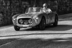 在一辆老赛车的MARINO BRANDOLI菲亚特1100蜘蛛1955年在集会Mille Miglia 2017年 免版税库存图片