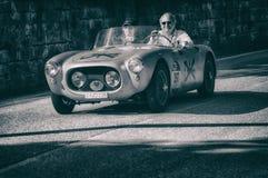 在一辆老赛车的MARINO BRANDOLI菲亚特1100蜘蛛1955年在集会Mille Miglia 2017年 免版税库存照片