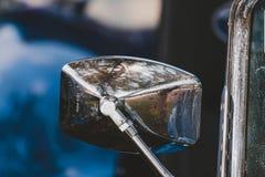 在一辆老跑车的生锈的镀铬物镜子 免版税库存照片