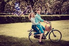 在一辆自行车的爱恋的夫妇 免版税库存图片