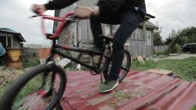 在一辆自行车的跃迁在慢动作 股票录像