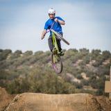 在一辆自行车的运动员飞行本质上 免版税图库摄影