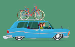 在一辆蓝色汽车的愉快的家庭骑马 自行车旅行 创造性的传染媒介 免版税库存图片