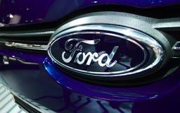 在一辆蓝色汽车的福特徽章 库存照片