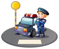 在一辆警车旁边的一个警察有一个黄色前哨基地的 免版税库存照片