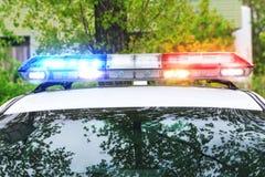 在一辆警车的屋顶的五颜六色的警报器在真正的操作的 库存照片