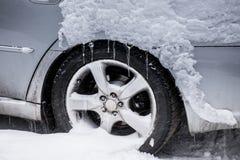 在一辆银色汽车的雪 免版税库存照片