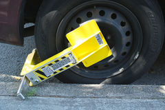 在一辆非法地停放的汽车的车轮锁在布鲁克林, NY 免版税库存图片