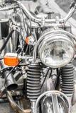 在一辆经典摩托车的车灯的细节 有h的大自行车 库存照片